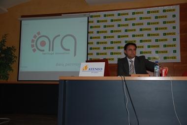 Luis M. Cobos al comienzo de la conferencia